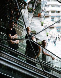 Qui sont-ils, d'où viennent-ils ? Pourquoi les disciples de l'Homme Chinois veulent-ils répandre l'Esprit Zen ? Infatigables guerriers du son, les trois compères de Chinese Man enchaînent les sorties d'albums, les collaborations et les dates depuis plus d'une décennie. 5 ans après « Racing with the Sun », le groupe revient avec un second album, Shikantaza. Élaboré entre Marseille, Bombay et le repère ardéchois des artistes, ce nouvel opus apparait comme un retour aux sources du projet. Une invitation au lâcher prise, à saisir le moment présent, que Chinese Man viendra partager avec vous lors de son live aux Nuits Secrètes.
