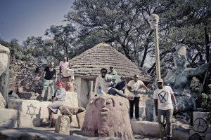 Ils donnent à leur musique le nom d' « Africangungungu » où « afropsychedelic » et, sur scène, leurs morceaux refusent tout formatage. Leurs 'incantations' en zulu, sotho ou anglais et leurs modulations funky s'étendent sur une vingtaine de minutes, évoquant par leur énergie l'afro-beat de Fela. « Ils » , c ' est Bantu Continua Uhuru Consciousness, une formation sud-africaine qui, comme ses aînés, vit sa musique comme une arme de libération politique et spirituelle tout autant qu'une transe hédoniste. La formule magique de BCUC : des voix, des percussions et une furieuse basse électrique.