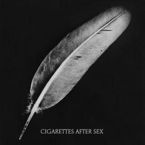 Avec un nom comme Cigarettes After Sex, on s'attendait forcément, au moment où l'on a cliqué par un heureux hasard sur la vignette Youtube, à une déferlante de sensualité et de béatitude… Mais on était loin d'imaginer l'incroyable sensation d'apesanteur et le pouvoir envoûtant qui se cachent en réalité derrière ce nom pourtant ô combien suggestif. Autre surprise, et pas des moindres, apprendre au détour de leur page Bandcamp, qu'il ne s'agit pas en fait d'une voix féminine mais de celle du guitariste et chanteur Greg Gonzalez… Une voix à vous perdre toute notion de genre, à laquelle il semble impossible de résister… Céder au chant des sirènes, pour mieux se laisser bercer par les riffs délicats de guitare électrique et les nappes rêveuses du groupe américain.